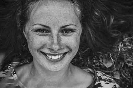 Frau lacht